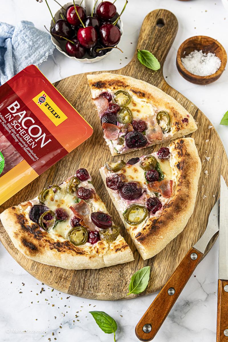 Pizza mit Süßkirschen und TULIP Bacon.