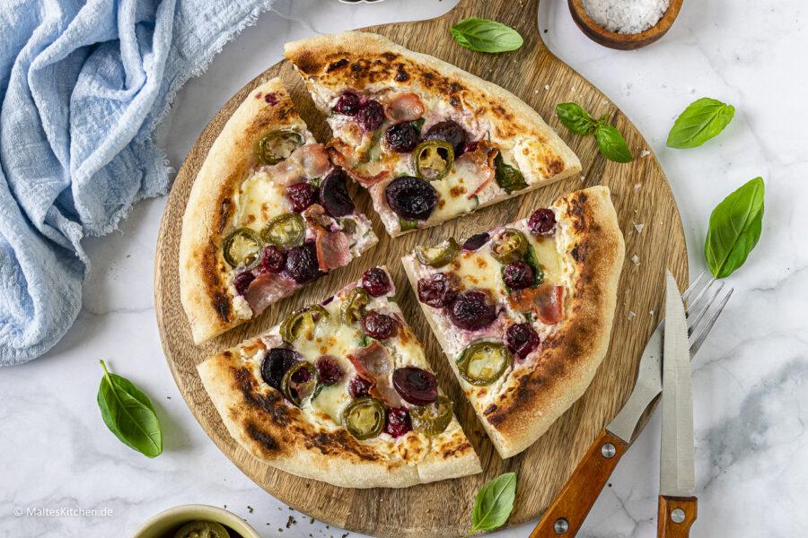 Rezept für eine weiße Pizza mit Bacon, Kirschen, Jalapenos und Spinat
