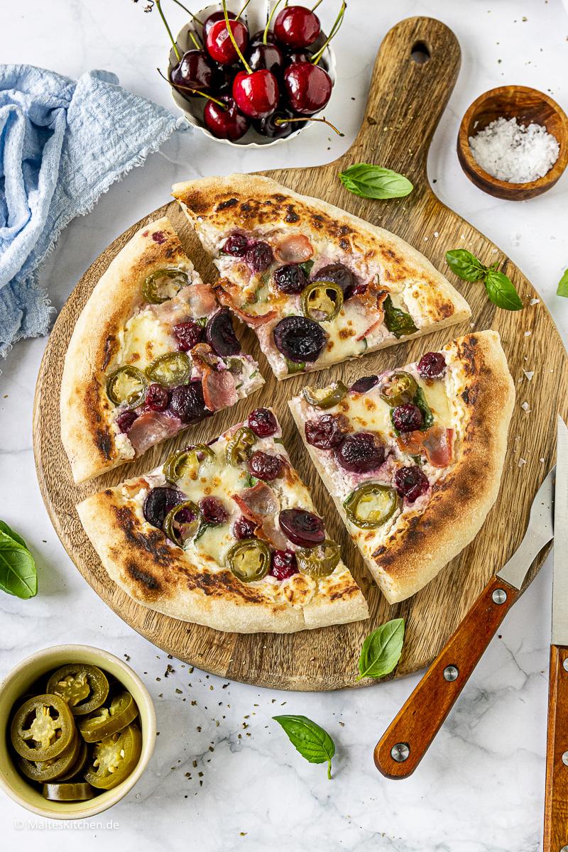 Knusprige Bacon Pizza mit Kirschen, Peperoni und Spinat