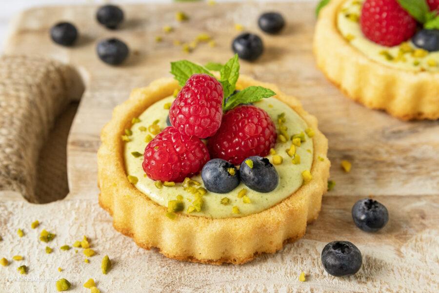Rezept für leckere Biskuit-Törtchen mit Pistaziencreme und Himbeeren