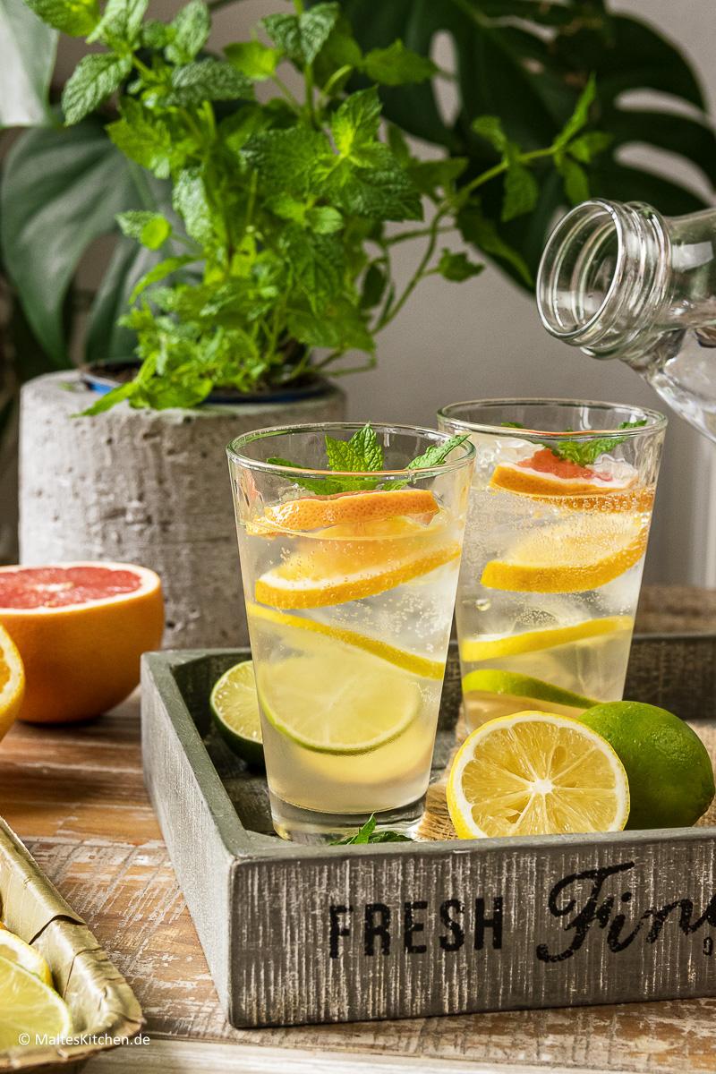 Ein erfrischender Mocktail aus Leitungswasser mit Zitrusfrüchten.
