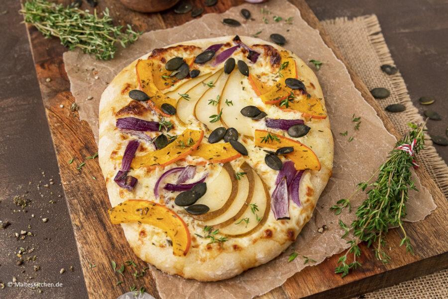 Rezept für eine knusprige Dinnete mit Kürbis, Birnen und Käse