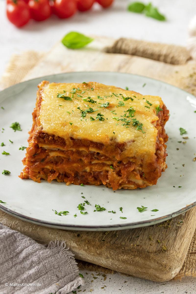 Leckere Lasagne mit Linsenbolognese und Käse.