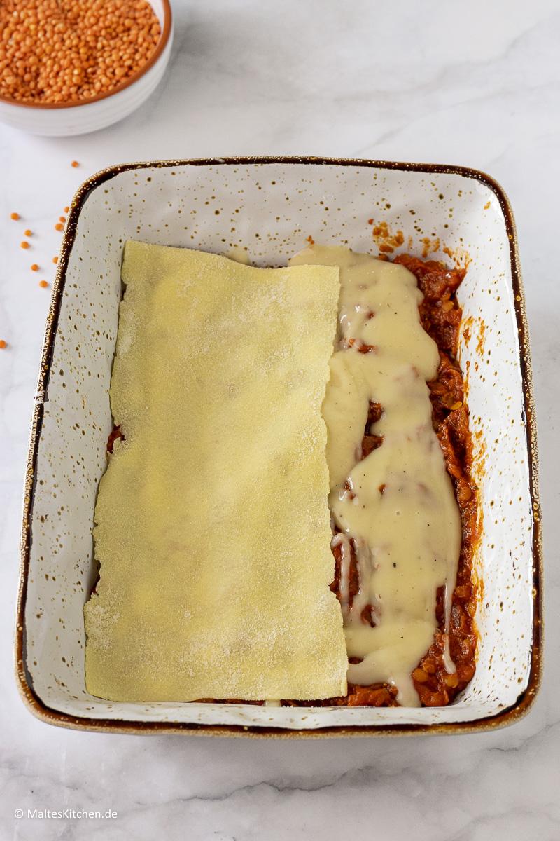 Die Lasagne wird geschichtet.