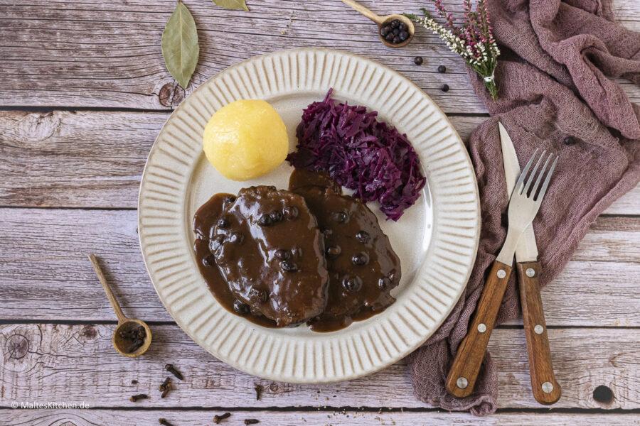 Rezept für einen rheinischen Sauerbraten mit Rotkohl und Klößen.